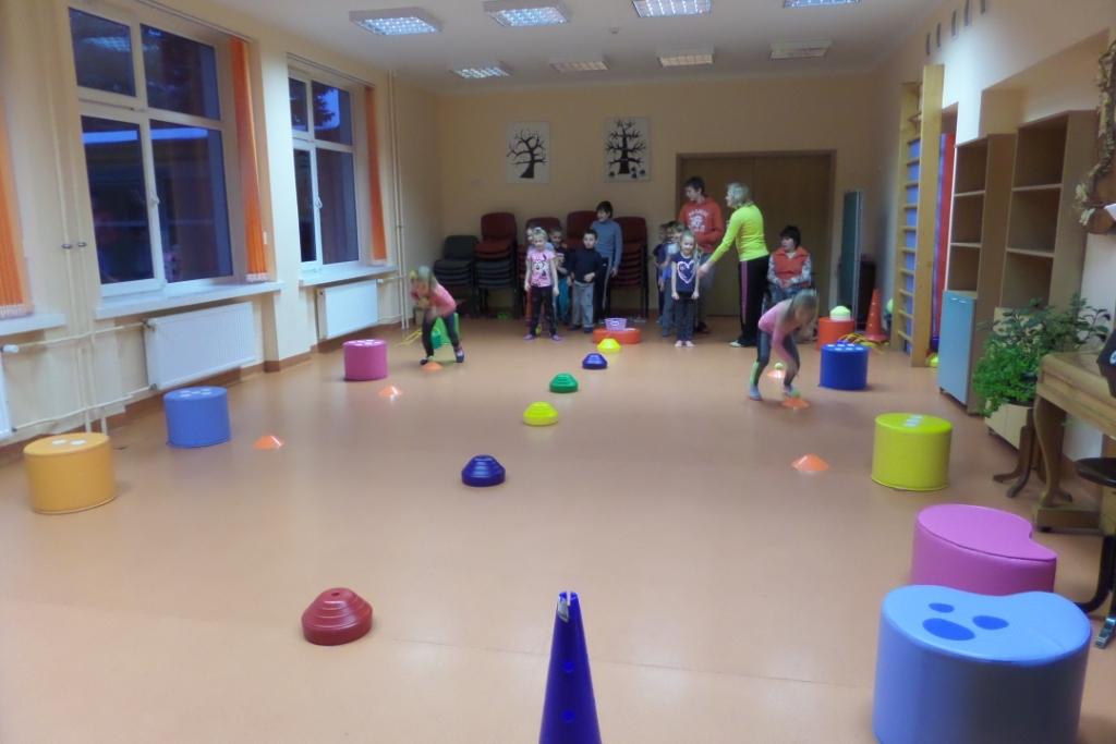 Sportiniai zaidimai vaikams saleje